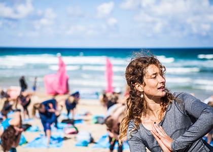 Roxy-Ambassador-Lucy-Foster-Perkins-teaches-the-beach-yoga